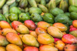 Etal de mangues dans un marché de Madagascar