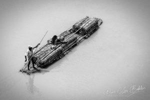 Transport par radeau de bambou près d'Ambilobe, nord de Madagascar