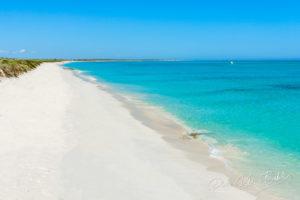 Plage de sable blanc du lagon d'Ambatomilo au sud-ouest de Madagascar.