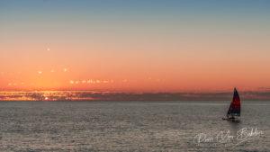 Hobie cat au coucher du soleil dans le lagon