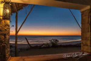 Le coucher de soleil vu du restaurant sur la plage au sud-ouest de Madagascar