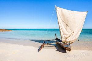 Pirogue à balancier, bateau de pêche traditionnel Vezo sur la plage du lagon du sud-ouest de Madagascar.