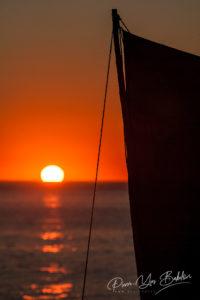 Voile de pirogue malgache au coucher du soleil dans le sud-ouest de Madagascar