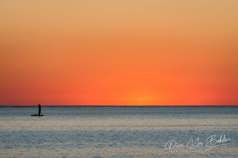Voilier de pêche malgache au coucher du soleil