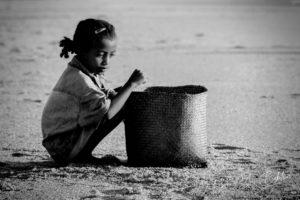 Enfant malgache Betsimisaraka sur la plage d'Antalaha, Madagascar