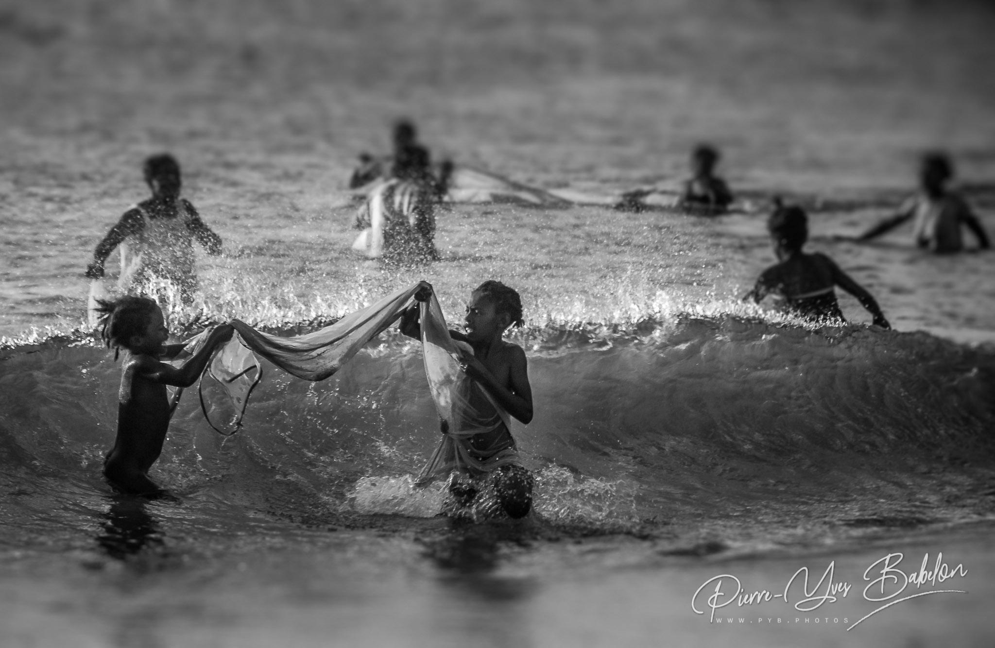 Enfants à la pêche bichiques près d'Antalaha, Madagascar