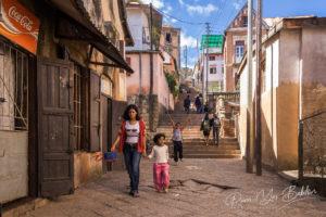 Des personnes malgaches sur les marches d'Antananarivo, Madagascar