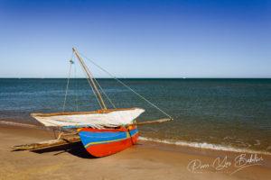 Pirogue à balancier malgache près du village de pêcheurs d'Antsanitia sur le canal du Mozambique, Madagascar