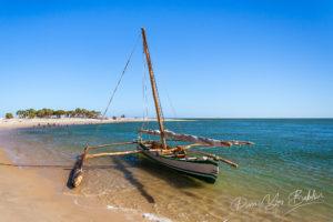 Pirogue à balancier malgache près du village de pêcheurs d'Antsanitia, à l'ouest de Madagascar.