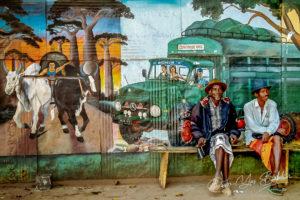 Hommes malgaches devant une fresque à Belo sur Tsiribihina, Est de Madagascar