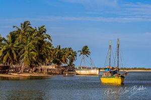 Boutres en restauration à Belo sur Mer, Madagascar
