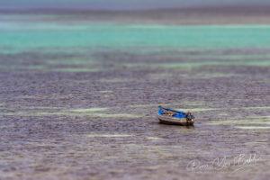 Bateau de pêche traditionnel dans la mer émeraude de Diego Suarez, Madagascar