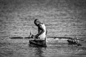 Pêcheur malgache Vezo dans sa petite pirogue à balancier, Madagascar.