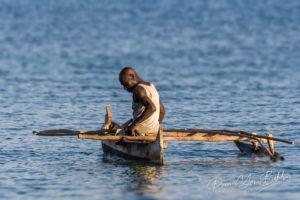 Pêcheur Vezo dans sa petite pirogue à balancier au large d'Ifaty, Madagascar