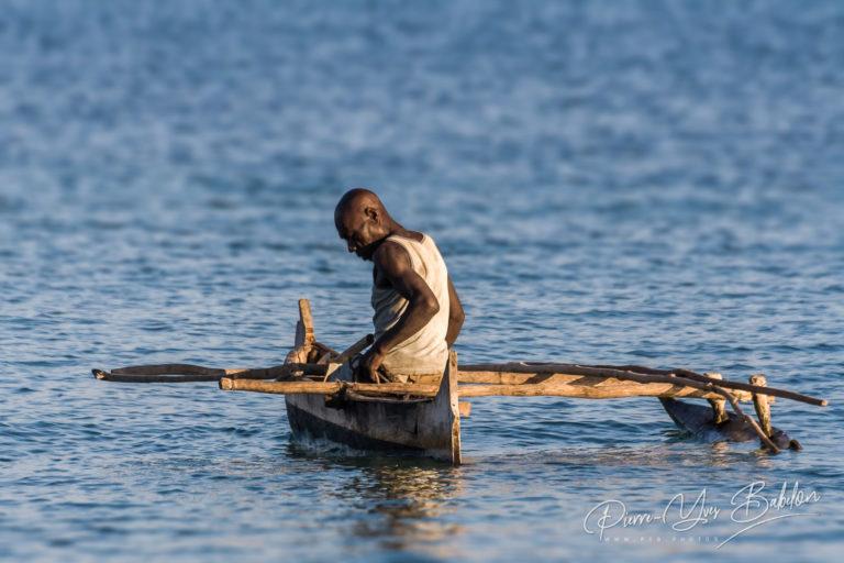 Pêcheur Vezo dans sa petite pirogue à balancier