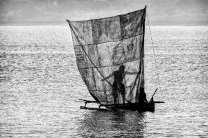 Silhouette d'un pêcheur malgache Vezo derrière sa voile