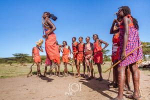 Guerriers Masaï du Kenya en costume traditionnel lors d'un rituel.