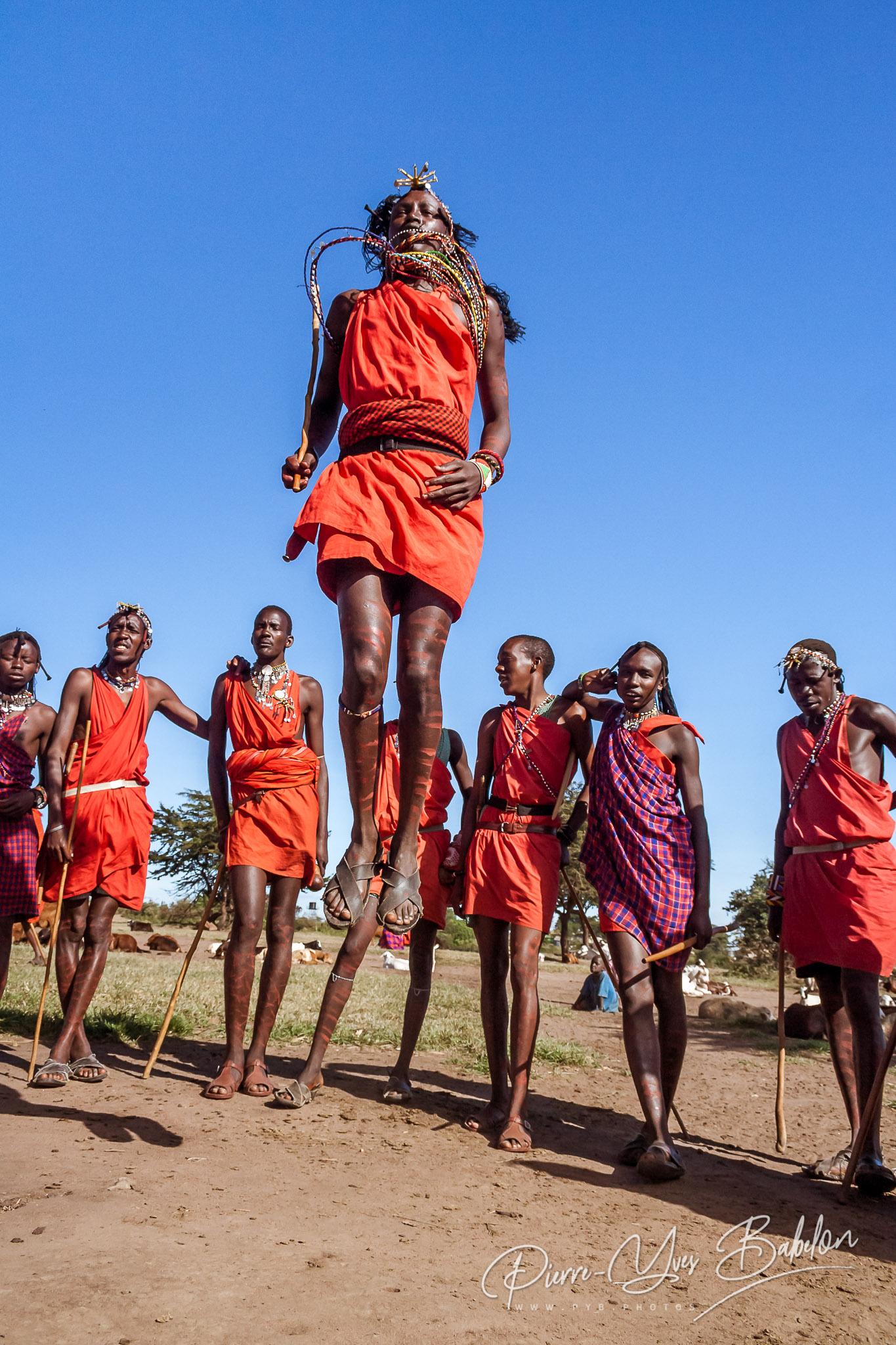 Guerriers Masaï du Kenya en costume traditionnel sautant lors d'un rituel.