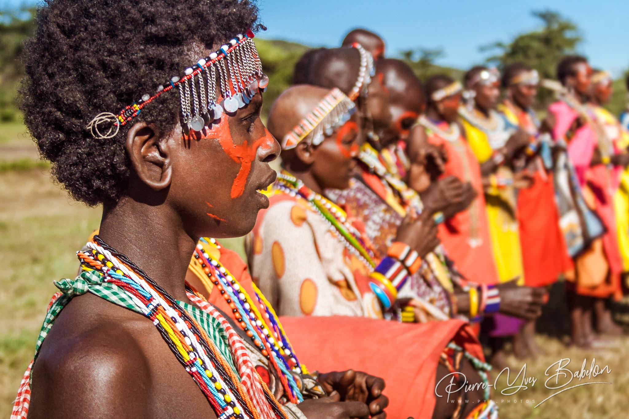 Femmes Masai du Kenya en costume traditionnel alignées lors d'une cérémonie