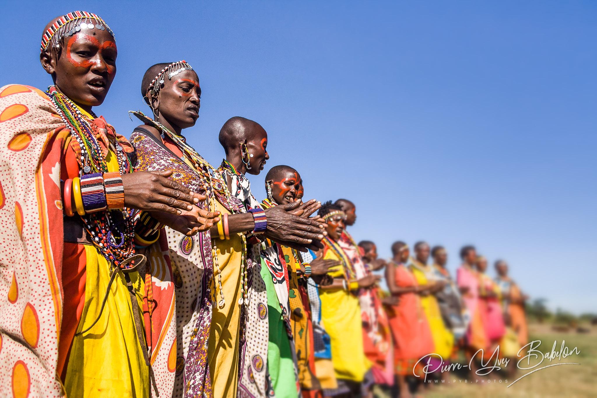 Femmes Masai du Kenya en costume traditionnel lors d'une cérémonie