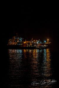 Illumination d'un cargo au port de Valparaiso, Chili