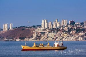 Cargo au mouillage dans la baie de Valparaiso, Chili