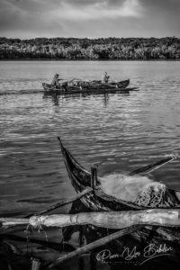 Pêcheurs malgaches dans leur pirogue à balancier