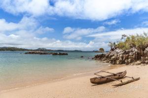 Une pirogue à balancier typique sur la plage de Nosy Sakatia (Nosy Be), Madagascar