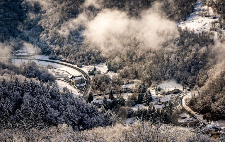 Vue aérienne de la campagne enneigée