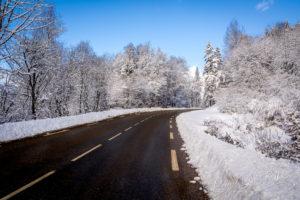 Route de montagne enneigée. Chamrousse, France