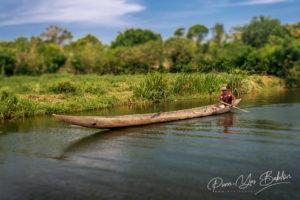 Piroguier dans le canal des Pangalanes, à l'est de Madagascar