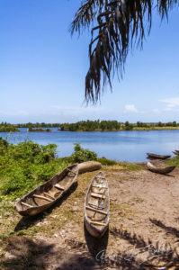 Pirogues sur la rive du canal des Pangalanes, à l'est de Madagascar