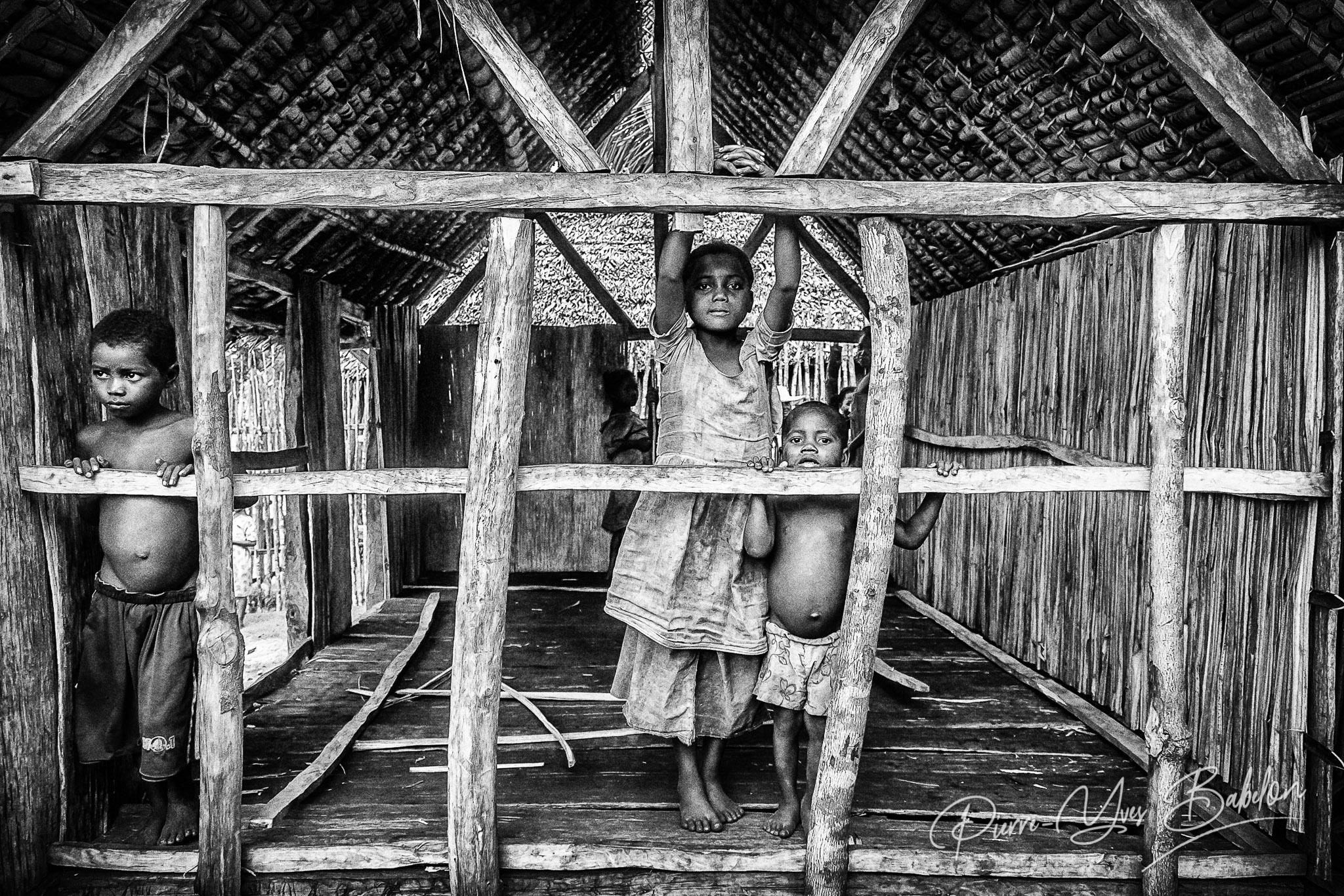 Enfants villageois le long du Canal des Pangalanes Madagascar