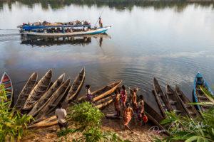 Une barge-taxi le long du canal des Pangalanes, Madagascar