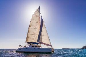 Catamaran rétro-éclairé avec soleil derrière la voile. Nosy Be, Madagascar