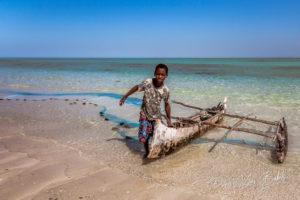 Retour de pêche d'un jeune malgache à Tsiandamba, Sud de Madagascar