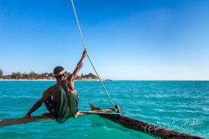 Un piroguier Vezo dans sa pirogue à balancier à Salary, Sud Ouest de Madagascar