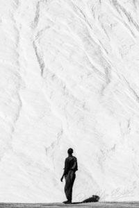 Un ouvrier devant le mur de sel à Madagascar