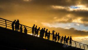 Villageois à contre jour sur le pont de Sambava, Madagascar