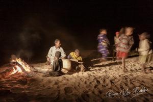 Des villageois malgaches et leurs instruments de fortune le long de la rivière Tsiribihina, Madagascar