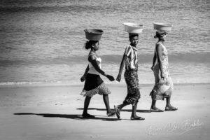 Femmes malgaches marchant sur la plage de Majunga, Madagascar