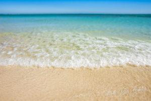 Vaguelette sur la plage de sable de la lagune bleue, Ankasy, Madagascar