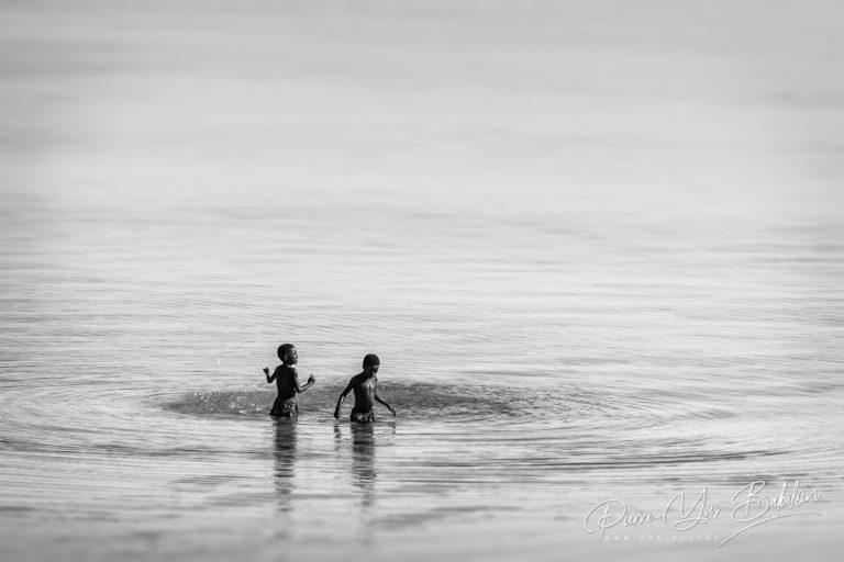 Des enfants malgaches se baignent près de Tsiandamba, Madagascar