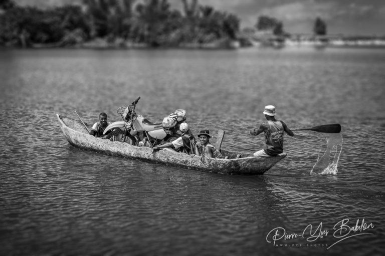 Pirogue taxi traversant une rivière de la baie d'Antongil, Madagascar