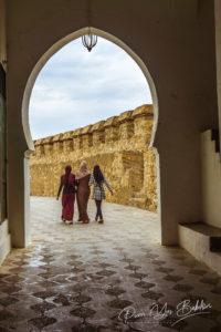 Trois femmes musulmanes dans la medina d'Assilah au Nord du Maroc