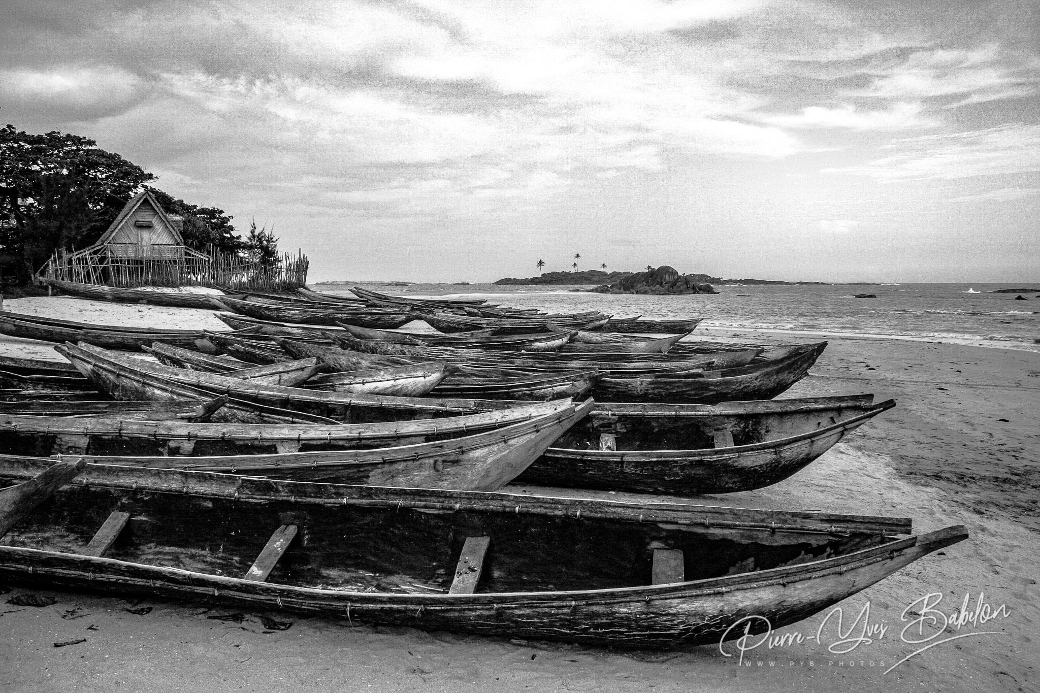 Pirogues sur la plage de Sainte-Luce, Madagascar