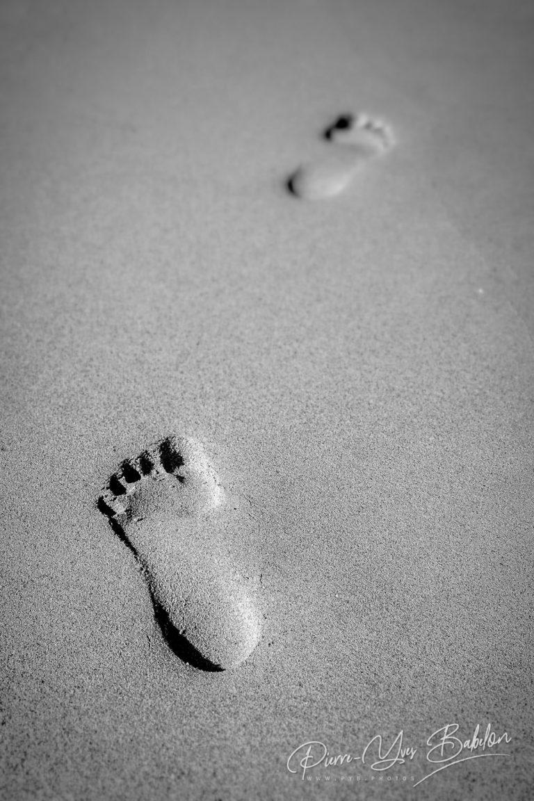 Empreintes de pied dans le sable