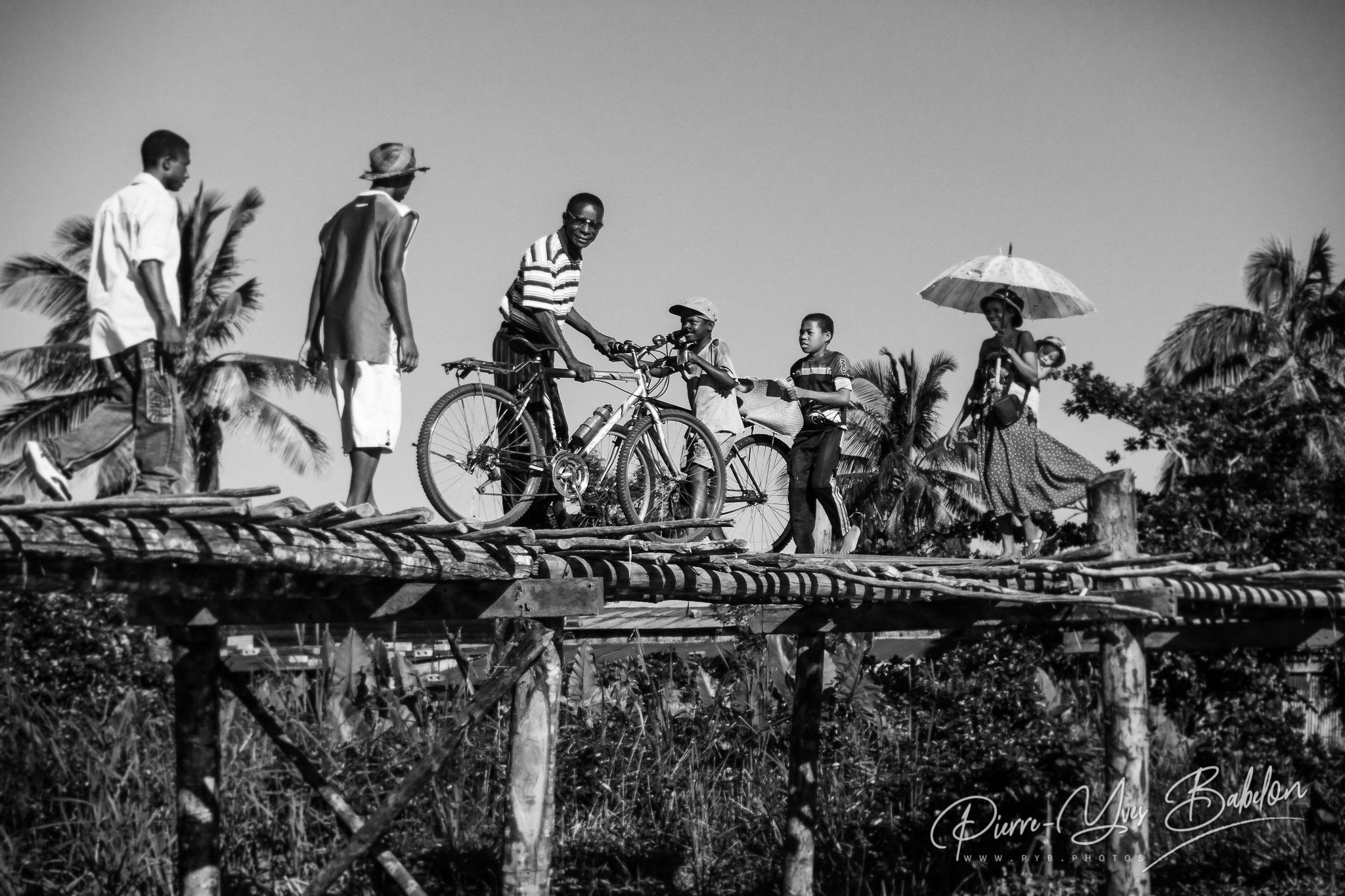 Villageois traversant le pont de bois de Maroantsetra, Madagascar