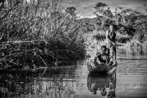 Enfants piroguiers sur les canaux de Maroantsetra, Madagascar