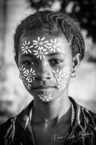 Jeune femme malgache et son masque de beauté traditionnel à Nosy Be, Madagascar